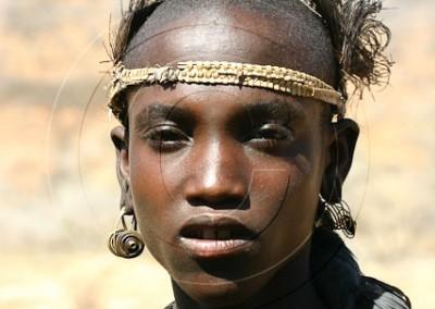 Jeune Samburu du Kenya de la classe d'âge des Morans. La fierté de devenir guerrier et une parure d'oiseau mort dans les cheveux.
