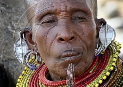 Femme turkana portant une incision sous la lèvre inférieure, et les boucles d'oreilles traditionnelles des femmes turkana mariées.