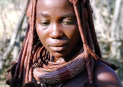 Jeune femme himba portant l'Ohumba, le coquillage symbole de fertilité transmis de mère en fille